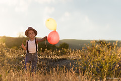 El futuro de los nios depende del mundo en el que vivan... (belthelem) Tags: boy sunset food sun cute field childhood sunrise atardecer kid child balloon campo jugar chico lollipop globos nio tirantes