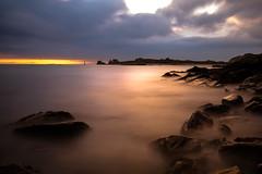 crépuscule sur Yoc'h (fubu.flemm) Tags: coucherdesoleil bretagne mer borddemer rochers nuages paysage crépuscule océan ocean île island islands ciel côte clouds argenton france
