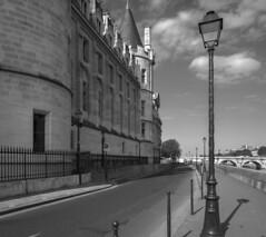 Conciergerie - Quai de l'Horloge, Paris (Sorin Popovich) Tags: street quay seine riverseine streetlamp buildingexterior buildings paris iledefrance france blackandwhite bw monochrome mono bridge historicalbuilding quaidelhorloge conciergerie europe tamron 2470