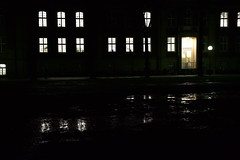 Schlossplatz Mnster (dcs 0104) Tags: westflischewilhelmsuniversitt universitt mnster schlossplatz hindenburgplatz cavaliershaus johann conrad schlaun johannconradschlaun promenade nacht night nuit abend avond evening soir kontrast contrast fenster licht dunkelheit darkness donker nikon d3100 nikkor 18140 g vr afs 3556 18140mm
