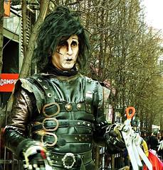 Mano tijeras (portalealba) Tags: madrid calle street espaa spain portalealba fuji 1001nights 1001nightsmagiccity