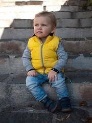 Sa Majesté Jules (Dahrth) Tags: gf1 gf120 panasoniclumixgf1 lumixmicroquatretiers lumixμ43 micro43 microfourthirds raw bébé baby escaliers stairs cute mignon yellow portrait