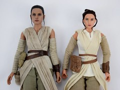 Hot Toys Rey vs DS Elite Premium Rey - Lying Down - Midrange Front View (drj1828) Tags: starwars theforceawakens rey figure actionfigure sideshow hottoys purchase disneystore eliteseries premium posable 10inch 11inch sideshowcollectibles deboxed sidebyside