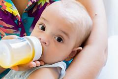 Gabriel provando suco (Carlos Olimpio a.k.a Malino) Tags: gabriel sony beb suco mamadeira 1650mm a6000 1650pz ilce6000