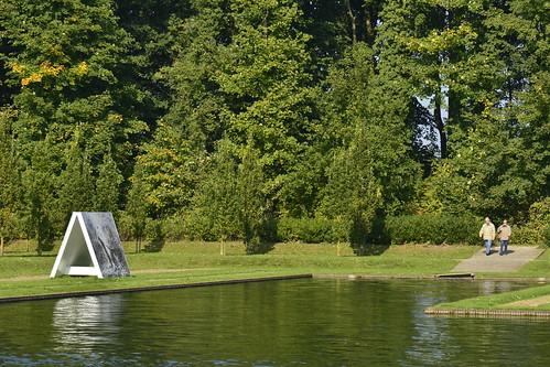 L'une des oeuvres d'art le long de la grande pièce d'eau