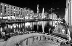 5832-2 Die Hansestadt Hamburg zur Weihnachtszeit - Blick ber die Kleine Alster zum Hamburger Rathaus / Weihnachtstanne. (christoph_bellin) Tags: weihnachten hansestadt hamburg innenstadt city kleine alster rathaus nacht nachtaufnahme schwarz weiss weihnachtstanne alsterarkaden