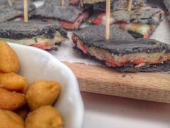 Torta al testo al carbone vegetale con caciotta fusa e pancetta di cinta senese
