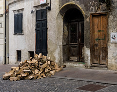 Lubiana porta con legni (Carlo Volebele Vay) Tags: travel winter tourism fog slovenia ljubljana nebbia inverno turismo viaggi ljubljanica lubiana slovenjia lubianica