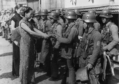 #Women give thanks to Chinese soldiers who held out for days against the besieging Imperial Japanese Army, Shanghai 1937 [1161×824] #history #retro #vintage #dh #HistoryPorn http://ift.tt/2hgzdh5 (Histolines) Tags: histolines history timeline retro vinatage women give thanks chinese soldiers who held out for days against besieging imperial japanese army shanghai 1937 1161×824 vintage dh historyporn httpifttt2hgzdh5