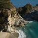 Uma linda cachoeira despenca nas areias de uma praia