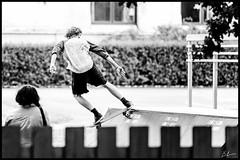 Skate (Nicke B) Tags: boy summer bw white black sport kid ramp sweden outdoor skate skateboard sverige gotland activity spectator sommar aktivitet 2015 utomhus skdare rullbrda fotonicke photonicke