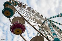 Vu d'en bas (Fredibouille) Tags: noel ciel fete roue cabine hauteur