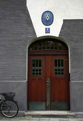 Door of Art Nouveau / Jugendstil building in Munich (Sokleine) Tags: artnouveau jugendstil secession architecture architecturedetails bellepoque dcorarchitectural munich schwabing mnchen bayern bavaria bavire germany deutschland allemagne