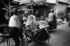 Crossing (Purple Field) Tags: contax tvs carl zeiss variosonnar 2856mm canoscan8800f stphotographia fuji neopan iso400 presto bw monochrome film analog 35mm jakarta indonesia street alley market walking tricycle together bike