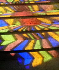 Arc en ciel dans l'escalier, Rainbow on the stairs, Regenbogen auf der Treppe, 階段上の虹, (Pi-F) Tags: cuba vitraux moderne artisanat marche couleur projection lumière escalier pierre stained glass modern crafts market color light staircase stainedglass stone kuba farbigesglas handwerk farbe projektion licht treppe stein キューバ ステンドグラス モダン クラフト ウォーキング カラー 投影 光 階段 石