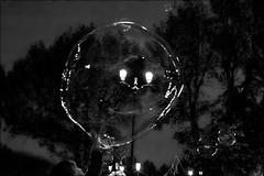 L'enfant, les lumières et les bulles.. (vedebe) Tags: ville city rue urbain street humain people enfant nuit fête nb noiretblanc monochrome bw netb