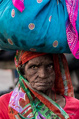 Lady carrying bag on her head (Stuart Jamieson Photography) Tags: travel india lady jaipur