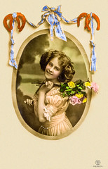 1910 Glückwunschkarte ohne Text (zimmermann8821) Tags: atelierfotografie blumen blumenarrangement damenmode deutscheskaiserreich fotografiekoloriert frisur kleid kunstblumen mannequin mode person postkarte sommer vorführdame
