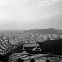 Matsuyama, Shikoku, Japan (КлементГ) Tags: 松山市 日本 japan japon noirblanc blackwhite moyenformat monochrome matsuyama city cité ville shikoku ehime 6x6 tlr twinslensreflex buildings castle toits