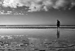 en los lmites del tiempo (RalRuiz) Tags: espaa blancoynegro mar blackwhite andaluca huelva arena cielo nubes atlntico horizonte reflejos ocanoatlntico islacristina playacentral