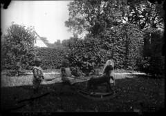 GIM-10_568f (dbagder) Tags: barn leker klr mennesker utendrs drakter gyngehester kulturhistoriskefotografier