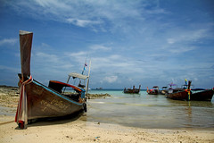 Boats (Daniel Nebreda Lucea) Tags: boat bote ship barco beach playa nature naturaleza sea mar ocean oceano sky cielo clouds nubes thailand thailandia asia old viejo landscape paisaje beautiful canon travel viajar color barcos water agua composition composicion perspective perspectiva wood madera wildlife phi island isla bestcapturesaoi elitegalleryaoi