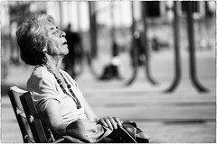 Sun and dreams (Roberto Spagnoli) Tags: sun sole fotografiadistrada streetphotography donna woman biancoenero blackandwhite people galizia galicia spain