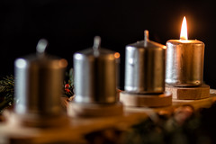 One Light (w.lichtmagie) Tags: advent kerze strobist weihnachten canon ef 85 mm 18 info entfesseltes blitzen christmas platinumheartaward