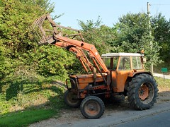 Tracteur SOMECA 750 avec fourche FAUCHEUX (xavnco2) Tags: orange tractor france village farm farming fork agriculture tracteur picardie forca trattore 750 somme agricoltura fourche lafaloise agricolo someca valdenoye