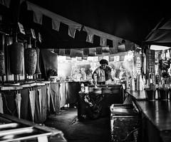 Kebab (Joaquín Mª Crespo) Tags: street people bw byn blancoynegro blackwhite calle fuji gente markets streetphoto oldtown cáceres mercadillo bares mercados airelibre oficios feriamedieval festejos callejeo x100s