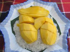 """Houeisai: sticky rice with mango. Un genre de riz au lait de coco avec de la mangue. Super bon mais super consistant comme dessert. <a style=""""margin-left:10px; font-size:0.8em;"""" href=""""http://www.flickr.com/photos/127723101@N04/23568778510/"""" target=""""_blank"""">@flickr</a>"""