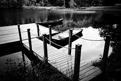 R3-E085 (David Swift Photography Thanks for 18 million view) Tags: davidswiftphotography pennsylvania lakes water boats docks piers ropes 35mm ilfordxp2 leicaminilux film