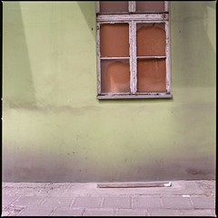 """She said the son never shines on closed doors"" (Konrad Winkler) Tags: 6x6 stillleben fenster polen kaputt poznań posen mittelformat minimalismus strase hausfassade hasselblad503cx fujipro160ns epsonv800 zitatdaveking"