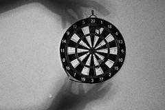 (Camila Iquiene) Tags: blackandwhite pretoebranco darts dardos highcontrast altocontraste grain rudo sooc 50mm     hands