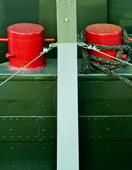 Lyon - Pniche au port Rambaud. (Gilles Daligand) Tags: lyon rhone portrambaud peniche barge cordes ropes cordages rigging graphisme abstrait bitesdamarrage amarrer tomoor rouge red olympus em5