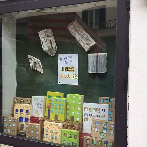 Oggi i ragazzi delle scuole di Tollo hanno addobbato le vetrine dei negozi con piccoli lavori colorati. I lavori sono stati realizzati all'interno del progetto #ioleggoperchè a cui l'Istituto Scolastico Comprensivo ha aderito in collaborazione col il Comu