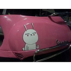 """ลูกเพจไปเจอในกลุ่มเวสป้าค่ะ คุณผู้ชายทำให้แฟน บอกว่า """"เมื่อแฟนผมอยากได้สติกเกอร์ติดรถ"""" #ยันต์กันชน #สวยผงะ #แฟนน่ารักจังค่ะ #ดี๊ดี #vespa #jaytherabbit #sticker #fanmade"""