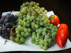 Grapes'n'Tomatoes (davidbroetz) Tags: fruits tomatoes plate olympus grapes zuiko tomaten teller 25mm trauben frchte mft microfourthirds livecomposite