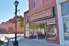 Apple Market store (stevelamb007) Tags: town nikon nebraska streetscene storefront lightpole nebraskacity 18200mm applemarket stevelamb d7200 unionorchard