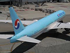 KE 777-3B5ER HL8210 (kenjet) Tags: sf sanfrancisco shadow airport ramp sfo aircraft jet terminal korean airline ke boeing departure 777 airliner widebody sanfranciscointernationalairport ksfo koreanair triple7 777300 7773b5er hl8210