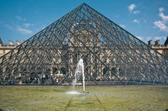 (victortsu) Tags: impei pyramid pyramide glass curtainwall murrideau architecture france louvre louvremuseum museum muse musedulouvre paris ricoh ricohgr victortsu