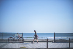 渇いてなんかいられない (SUDAYAMA) Tags: lady 海 sea seaside 海辺 歩く walk blue 青 sky ポカリ