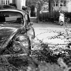 Bug 'n' Scoot(er) (Alexander  Bulmahn) Tags: volkswagen vw kfer beetle bug scooter canon al 1 fd 50mm f18 ilford delta 400 xelriade