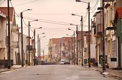 Costa Nova - Street life portoghese (Celeste Messina) Tags: costanova portogallo portugal streetlife lampioni streetlamp foschia mist case houses home atmosfera atmosphere strada street intreccio weaving interwinement wires fili via
