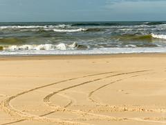 Vagues et lames (beatricedrevon) Tags: sable france poitoucharentes pharedelacoubre traces charentemaritime
