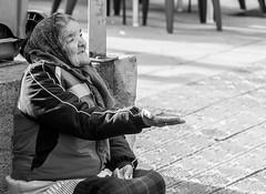 black Friday (Sisqu Tena) Tags: nikon 70 dona homeless carrer tolosa euskadi blancinegre