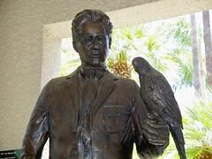 2015.07.17-14.07.31 (Pak T) Tags: california statue santabarbara bronze hotel riverside parrot macaw stearnswharf themissioninn panasonic1235mmf28 frankmlller