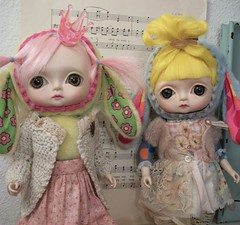 Big-Eyed Toffee Sisters! (simplychictiques) Tags: sisters studio cuteness toocute bigeyeddoll huckleberrytoys clothbody japanartist pinkhaireddoll 12doll pinkytoffeedoll 2009collectible bigeyeslifelike lilytoffeedoll lilyandpinky