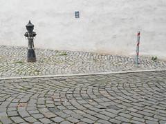 Threesome / Dreiertreffen (schauplatz) Tags: street wall hydrant cobblestone accidental mauer kopfsteinpflaster