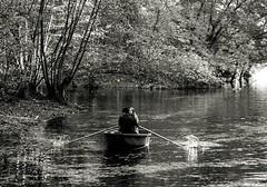 In einem Boot (Gerd Trynka-Ottosohn) Tags: ottosohnfoto germany gerdtrynka ruderboot rowingboat kahn bw romantik nostalgie paar couple twosome pair schwarzweiss see rudern pond herbst autumn fall fujixt10 xf60mmf24